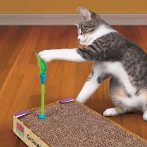 חתול משחק בצעצוע של קונג על משטח גירוד