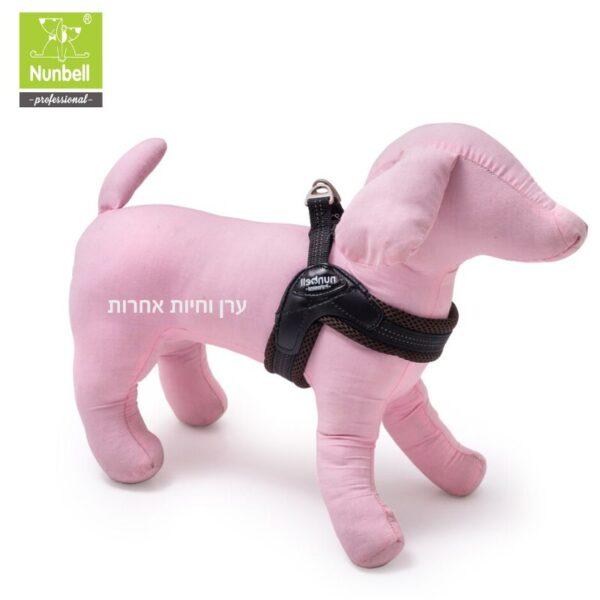 רתמת גוף לכלב קטן מוצגת על בובה של כלב