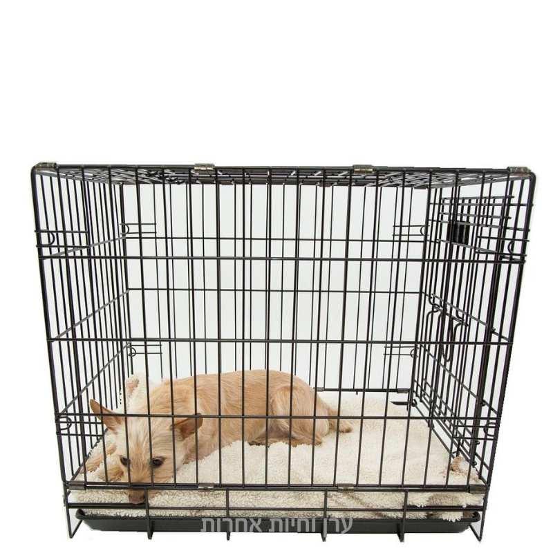 כלב קטן יושב בתוך כלוב רשת