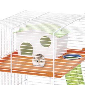 אוגר בכלוב מאובזר מחוץ לבית המחסה שלו