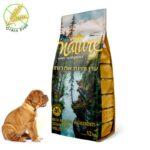 גור כלבים מסתכל על שק מזון לגורים של נייצ'ר